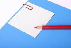 Lápiz, papel, clip, etiqueta engomada Fotografía de archivo libre de regalías