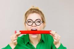Lápiz penetrante de la mujer de negocios Imagen de archivo