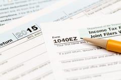 Lápiz que pone 2015 la forma 1040EZ del IRS Imágenes de archivo libres de regalías