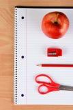 Lápiz rojo Apple de las tijeras y sacapuntas Foto de archivo libre de regalías