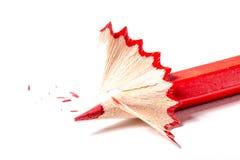 Lápiz rojo con las virutas en una textura blanca del fondo Imagen de archivo libre de regalías