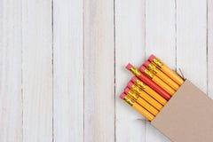 Lápiz rojo en caja con los lápices amarillos Fotos de archivo libres de regalías