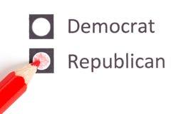 Lápiz rojo que elige entre el demócrata y el republicano Imagen de archivo