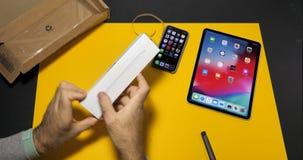 Lápiz unboxing dos de Apple del ajuste del hombre último almacen de metraje de vídeo