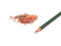 Lápiz verde con serrín del lápiz en su lado izquierdo Imagen de archivo libre de regalías