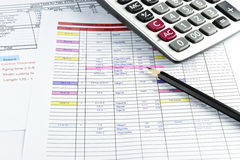 Lápiz y calculadora colocados en el documento Fotografía de archivo libre de regalías