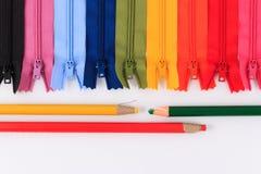 Lápiz y cremalleras coloridas en diversos colores Imagenes de archivo
