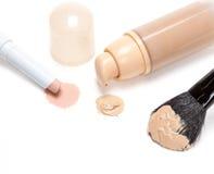 Lápiz y fundación del lápiz corrector con el cepillo del maquillaje Fotografía de archivo libre de regalías
