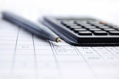 Lápiz y la calculadora Foto de archivo libre de regalías