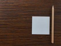"""Lápiz y Libro Blanco en la tabla con el espacio de la copia en el lado izquierdo, concepto """"getting del  del idea†fotos de archivo libres de regalías"""