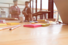 lápiz y nota pegajosa sobre la tabla con el fondo de univers jovenes Fotografía de archivo