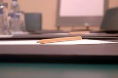 Lápiz y papel sostenidos Foto de archivo libre de regalías