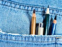 Lápiz y pluma en el bolsillo de mezclilla azul Imagen de archivo libre de regalías