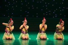 Lávela en el río banco-danza popular aduana-china de la nacionalidad Imágenes de archivo libres de regalías