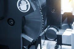 A lâmina circular viu as hastes de metais cruas do corte de máquina fotos de stock