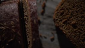 A lâmina da faca eliminou uma parte de pão escuro vídeos de arquivo