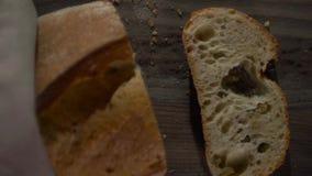 A lâmina da faca eliminou uma parte do pão duro branco filme