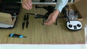 Lâmina de hélice da fixação do fotógrafo no quadcopter novo do zangão vídeos de arquivo