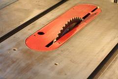 Lâmina de serra em uma serra da tabela foto de stock royalty free