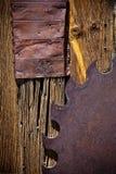 Lâmina de serra oxidada na parede de madeira resistida Foto de Stock