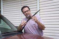 Lâmina de Taking Old Wiper do mecânico fora do caminhão Imagens de Stock Royalty Free