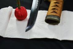 Lâmina e bainha da espada de Katana Japanese com compressa vermelha Fotos de Stock