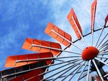 Lâminas alaranjadas do moinho de vento Imagem de Stock