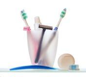 Lâminas com escovas de dentes e dentífrico Fotografia de Stock Royalty Free