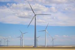 Lâminas da energia da turbina eólica na Grandes Planícies em Montana Fotografia de Stock Royalty Free