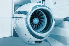 Lâminas detalhadas do tturbine do insigh de um motor de jato dos aviões, azul técnico colorido, fim do motor de jato do negócio a Fotos de Stock