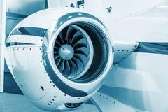 Lâminas detalhadas do tturbine do insigh de um motor de jato dos aviões, azul técnico colorido, fim do motor de jato do negócio a Imagem de Stock Royalty Free