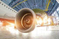 Lâminas durante a manutenção, o plano do motor de turbina no hangar fotografia de stock royalty free