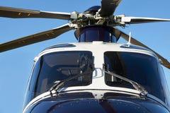 Lâminas exteriores de Front View Of Helicopter Cockpit e de rotor imagens de stock