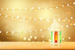Lâmpada árabe com luz bonita na tabela de madeira imagens de stock