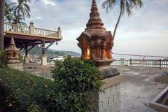 Lâmpada budista na praia na província de Krabi, Tailândia fotos de stock