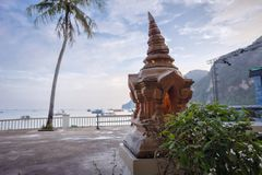 Lâmpada budista religiosa na praia na província de Krabi, Tailândia foto de stock