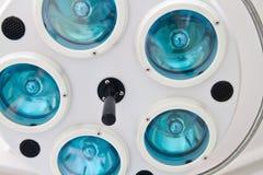 A lâmpada cirúrgica branca com cinco lâmpadas Foto de Stock Royalty Free