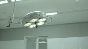 Lâmpada cirúrgica na sala de operações vídeos de arquivo