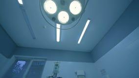 Lâmpada cirúrgica na sala de operações video estoque