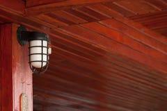 Lâmpada clássica com fundo de madeira Fotos de Stock Royalty Free