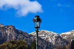 Lâmpada com as montanhas Carpathian no fundo Castelo de Peles Fotografia de Stock Royalty Free