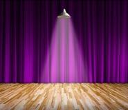 Lâmpada com iluminação na fase Lâmpada com cortina roxa e fundo de madeira do interior do assoalho Foto de Stock