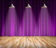 Lâmpada com iluminação na fase Lâmpada com cortina roxa e fundo de madeira do interior do assoalho Fotos de Stock Royalty Free