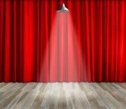 Lâmpada com iluminação na fase Lâmpada com cortina vermelha e fundo de madeira do interior do assoalho Fotografia de Stock