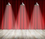 Lâmpada com iluminação na fase Lâmpada com cortina vermelha e fundo de madeira do interior do assoalho Fotos de Stock