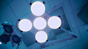 Lâmpada da cirurgia na sala de operações no hospital filme