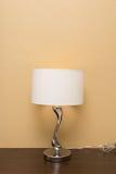 Lâmpada da eletricidade na tabela de madeira Fotos de Stock Royalty Free