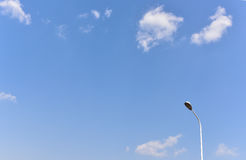 Lâmpada da estrada e céu azul Imagens de Stock