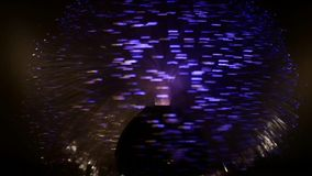 A lâmpada da fibra ótica que gira rapidamente na obscuridade e vislumbra em cores diferentes video estoque