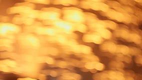 A lâmpada da fibra ótica que gira rapidamente na obscuridade e vislumbra em cores diferentes filme